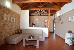 Гостиная. Греция, Панормо : Апартамент в 100 метрах от пляжа, с гостиной, отдельной спальней и балконом с видом на море