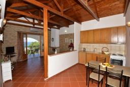 Кухня. Греция, Панормо : Апартамент в 100 метрах от пляжа, с гостиной, отдельной спальней и балконом с видом на море