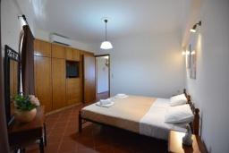 Спальня. Греция, Панормо : Апартамент в 100 метрах от пляжа, с гостиной, отдельной спальней и балконом с видом на море