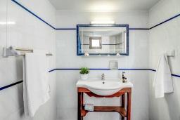 Ванная комната. Греция, Скалета : Прекрасная студия в 20 метрах от пляжа, с балконом и видом на море