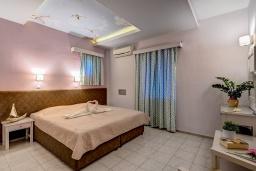 Спальня. Греция, Скалета : Семейный апартамент в 20 метрах от пляжа, с гостиной, двумя спальнями, двумя ванными комнатами и большим балконом с шикарным видом на море