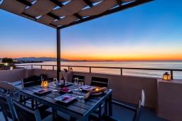 Балкон. Греция, Скалета : Семейный апартамент в 20 метрах от пляжа, с гостиной, двумя спальнями, двумя ванными комнатами и большим балконом с шикарным видом на море