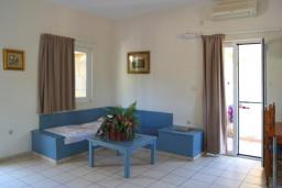 Гостиная. Греция, Ретимно : Прекрасный апартамент в 50 метрах от пляжа, с гостиной, двумя спальнями и балконом с боковым видом на море