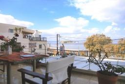 Балкон. Греция, Коккино Хорио : Прекрасный апартамент в 20 метрах от пляжа, с гостиной, двумя спальнями и балконом с видом на море