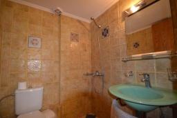 Ванная комната. Греция, Коккино Хорио : Прекрасный апартамент в 20 метрах от пляжа, с гостиной, двумя спальнями и балконом с видом на море