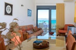Гостиная. Греция, Коккино Хорио : Прекрасный апартамент в 20 метрах от пляжа, с гостиной, двумя спальнями и балконом с видом на море