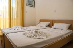 Спальня 2. Греция, Коккино Хорио : Прекрасный апартамент в 20 метрах от пляжа, с гостиной, двумя спальнями и балконом с видом на море