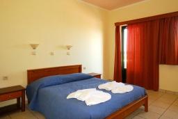 Спальня. Греция, Ханья : Апартамент в комплексе с бассейном, с гостиной, тремя спальнями, тремя ванными комнатами и балконом