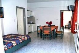 Гостиная. Греция, Георгиуполис : Апартамент в комплексе с бассейном, с гостиной, отдельной спальней и балконом с видом на море