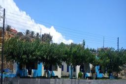 Фасад дома. Греция, Плакиас : Апартамент возле пляжа с гостиной, отдельной спальней и террасой с видом на море