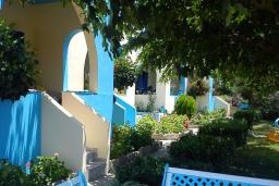 Территория. Греция, Плакиас : Апартамент возле пляжа с гостиной, отдельной спальней и террасой с видом на море