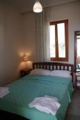 Спальня. Греция, Фаласарна : Апартамент недалеко от пляжа, с гостиной, отдельной спальней и балконом