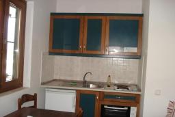 Кухня. Греция, Фаласарна : Апартамент недалеко от пляжа, с гостиной, отдельной спальней и балконом