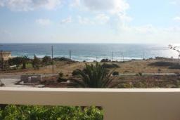 Вид на море. Греция, Фаласарна : Апартамент недалеко от пляжа, с гостиной, двумя спальнями и балконом с видом на море
