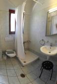 Ванная комната. Греция, Фаласарна : Апартамент недалеко от пляжа, с гостиной, двумя спальнями и балконом с видом на море