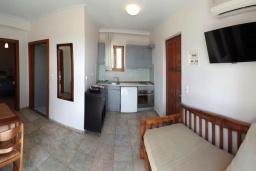Гостиная. Греция, Фаласарна : Апартамент недалеко от пляжа, с гостиной, двумя спальнями и балконом с видом на море