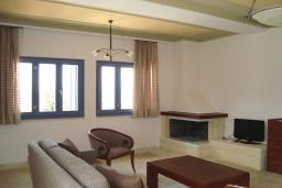 Гостиная. Греция, Киссамос Кастели : Апартамент в комплексе с бассейном, с просторной гостиной, двумя спальнями и балконом
