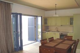 Кухня. Греция, Киссамос Кастели : Апартамент в комплексе с бассейном, с просторной гостиной, двумя спальнями и балконом
