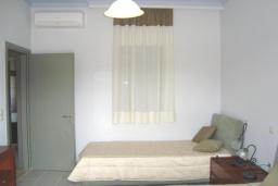 Спальня. Греция, Киссамос Кастели : Апартамент в комплексе с бассейном, с просторной гостиной, тремя спальнями, двумя ванными комнатами и балконом