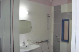 Ванная комната. Греция, Киссамос Кастели : Апартамент в комплексе с бассейном, с просторной гостиной, тремя спальнями, двумя ванными комнатами и балконом