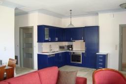 Кухня. Греция, Киссамос Кастели : Апартамент в комплексе с бассейном, с просторной гостиной, тремя спальнями, двумя ванными комнатами и балконом