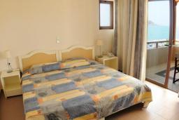 Спальня. Греция, Платаньяс : Прекрасная студия в комплексе с бассейном и пляжем, с балконом и видом на море
