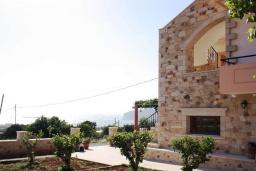 Фасад дома. Греция, Фаласарна : Апартамент с гостиной, отдельной спальней и балконом с видом на море