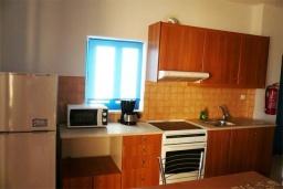 Кухня. Греция, Превели : Прекрасный апартамент возле пляжа, с гостиной, отдельной спальней и балконом с видом на море