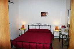 Спальня. Греция, Превели : Прекрасный апартамент возле пляжа, с гостиной, отдельной спальней и балконом с видом на море