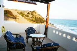 Балкон. Греция, Превели : Прекрасный апартамент возле пляжа, с гостиной, двумя спальнями и балконом с видом на море