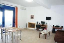 Гостиная. Греция, Превели : Прекрасный апартамент возле пляжа, с гостиной, двумя спальнями и балконом с видом на море