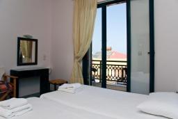 Спальня. Греция, Панормо : Прекрасная апартамент в комплексе с бассейном и в 50 метрах от пляжа, с гостиной, отдельной спальней и балконом