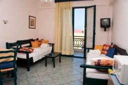 Гостиная. Греция, Панормо : Прекрасная апартамент в комплексе с бассейном и в 50 метрах от пляжа, с гостиной, отдельной спальней и балконом
