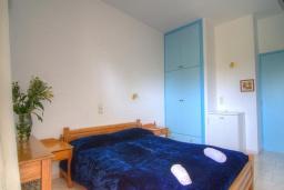 Спальня. Греция, Плакиас : Прекрасная апартамент в комплексе с бассейном в 80 метрах от пляжа, с гостиной, отдельной спальней и балконом