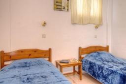 Кухня. Греция, Плакиас : Прекрасная апартамент в комплексе с бассейном в 80 метрах от пляжа, с гостиной, отдельной спальней и балконом