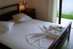 Спальня. Греция, Киссамос Кастели : Бунгало в комплексе с бассейном в 100 метрах от пляжа, с гостиной, отдельной спальней и террасой с частичным видом на море