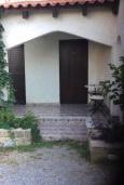 Фасад дома. Греция, Киссамос Кастели : Бунгало в комплексе с бассейном в 100 метрах от пляжа, с гостиной, отдельной спальней и террасой с частичным видом на море