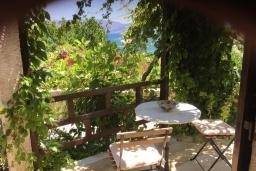 Терраса. Греция, Киссамос Кастели : Бунгало в комплексе с бассейном в 100 метрах от пляжа, с гостиной, отдельной спальней и террасой с видом на море