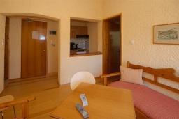 Гостиная. Греция, Палеохора : Апартамент в комплексе с садом в 50 метрах от пляжа, с гостиной, отдельной спальней и балконом