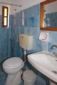 Ванная комната. Греция, Палеохора : Апартамент в комплексе с садом в 50 метрах от пляжа, с гостиной, отдельной спальней и балконом