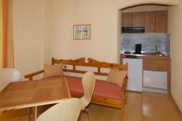 Гостиная. Греция, Палеохора : Апартамент в комплексе с садом в 50 метрах от пляжа, с гостиной, двумя спальнями и балконом