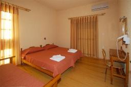 Спальня. Греция, Палеохора : Апартамент в комплексе с садом в 50 метрах от пляжа, с гостиной, двумя спальнями и балконом