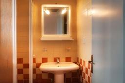 Ванная комната. Греция, Каливес : Прекрасный апартамент в комплексе с бассейном, с гостиной, отдельной спальней и балконом с видом на море