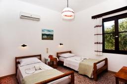 Спальня 2. Греция, Плакиас : Апартамент в комплексе с зеленым садом и детской площадкой, 100 метров до пляжа, гостиная, 2 спальни, терраса
