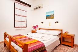 Спальня. Греция, Плакиас : Апартамент в комплексе с зеленым садом и детской площадкой, 100 метров до пляжа, гостиная, 2 спальни, терраса