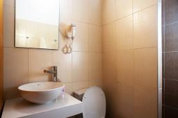 Ванная комната. Греция, Плакиас : Апартамент в комплексе с зеленым садом и детской площадкой, 100 метров до пляжа, гостиная, 2 спальни, терраса