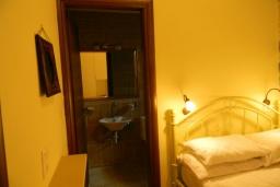 Спальня 2. Греция, Панормо : Современный апартамент в 50 метрах от моря, с гостиной, двумя спальнями, двумя ванными комнатами и террасой