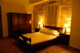 Спальня. Греция, Панормо : Современный апартамент в 50 метрах от моря, с гостиной, двумя спальнями, двумя ванными комнатами и террасой
