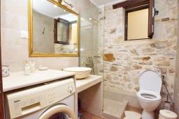 Ванная комната. Греция, Панормо : Современный апартамент в 50 метрах от моря, с гостиной, двумя спальнями, двумя ванными комнатами и террасой