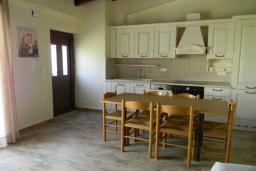 Кухня. Греция, Панормо : Современный апартамент в 50 метрах от моря, с гостиной, двумя спальнями и балконом с видом на море